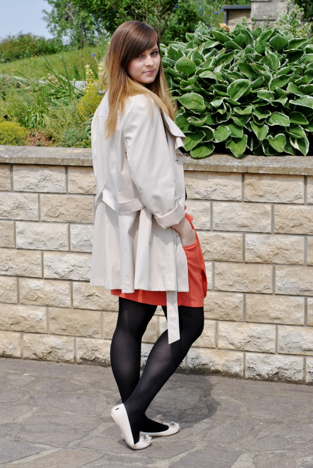 OOTD beige orange trenchcoat skirt look