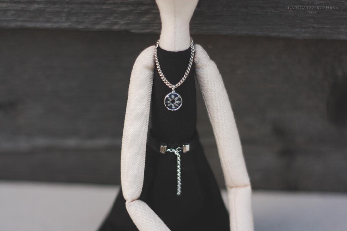 Кулон и ремень для куклы
