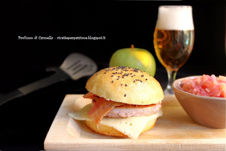 hamburger con salsa alle mele e cipolle di tropea - con panino alla birra home made