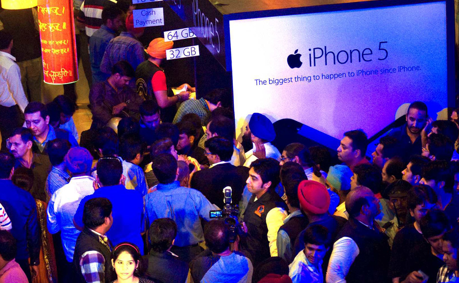 iPhone 5 buy,People gathered to buy iPhone 5,iPhone 5 in New Delhi