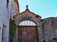 """L'accés principal a la Rectoria es realitza per un portal d'arc rebaixat emmarcat amb pedra motllurada. Autor: Francesc """"Caminaire"""""""