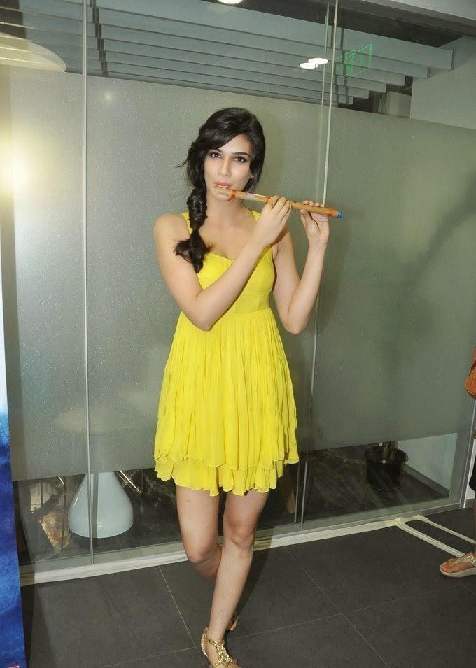 Kriti sanon looks very hot and sexy in yellow mini skirt unseen rare upskirt pics of kriti sanon hd hot pics