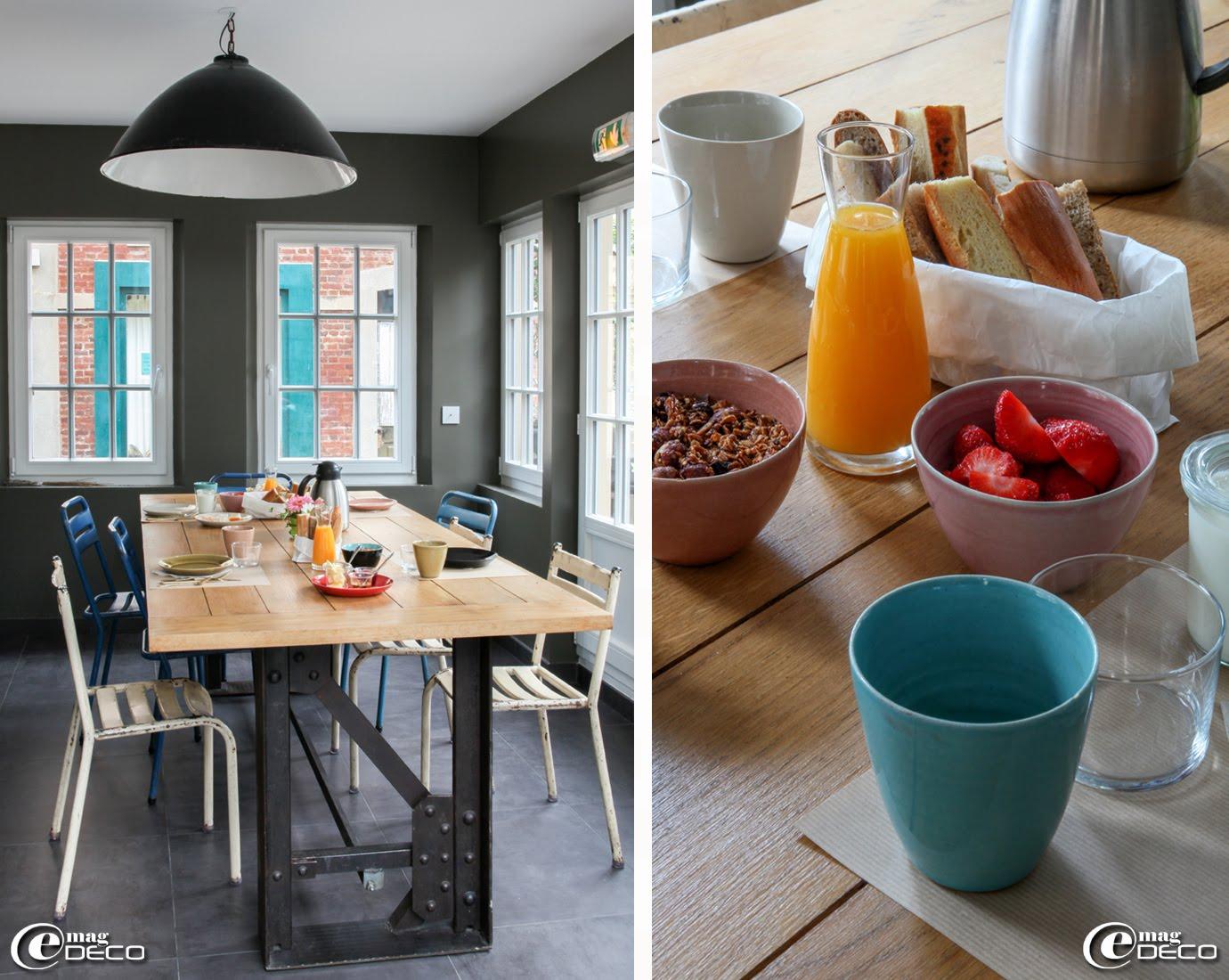 Dans 'Le Cottage' à Villerville, une table réalisée avec un piètement composé d'éléments de structure métallique d'usine chinés à la brocante 'La Serre Décoration' à Bonneville-la-Louvet