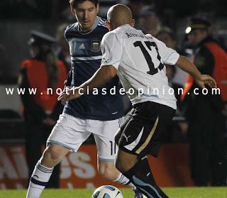 Messi en una jugada del partido entre Uruguay y Argentina, Cuartos de Final de la Copa América 2011