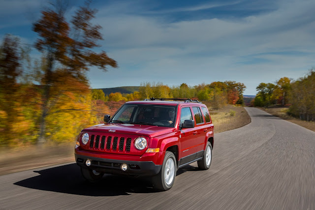 Front 3/4 view of 2015 Jeep Patriot Latitude