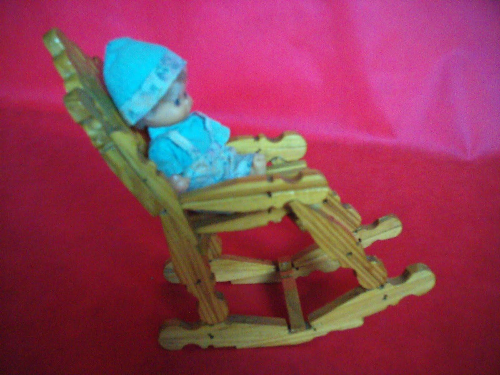 #139AB8 Bonequinho na cadeira de balanço 1600x1200 px cadeira de balanço com pregador @ bernauer.info Móveis Antigos Novos E Usados Online