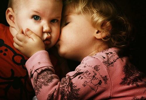 Download gambar lucu bayi-bayi berciuman