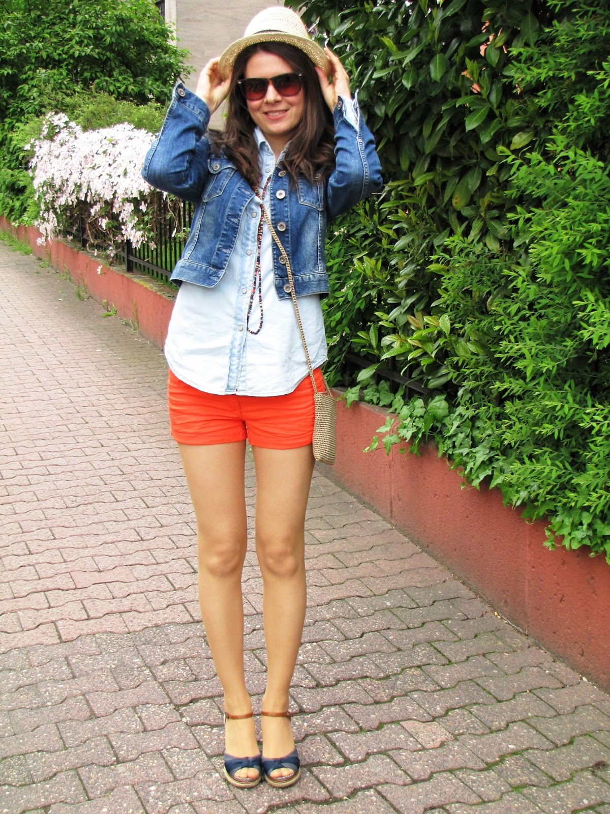 Jeans look, orange shorts