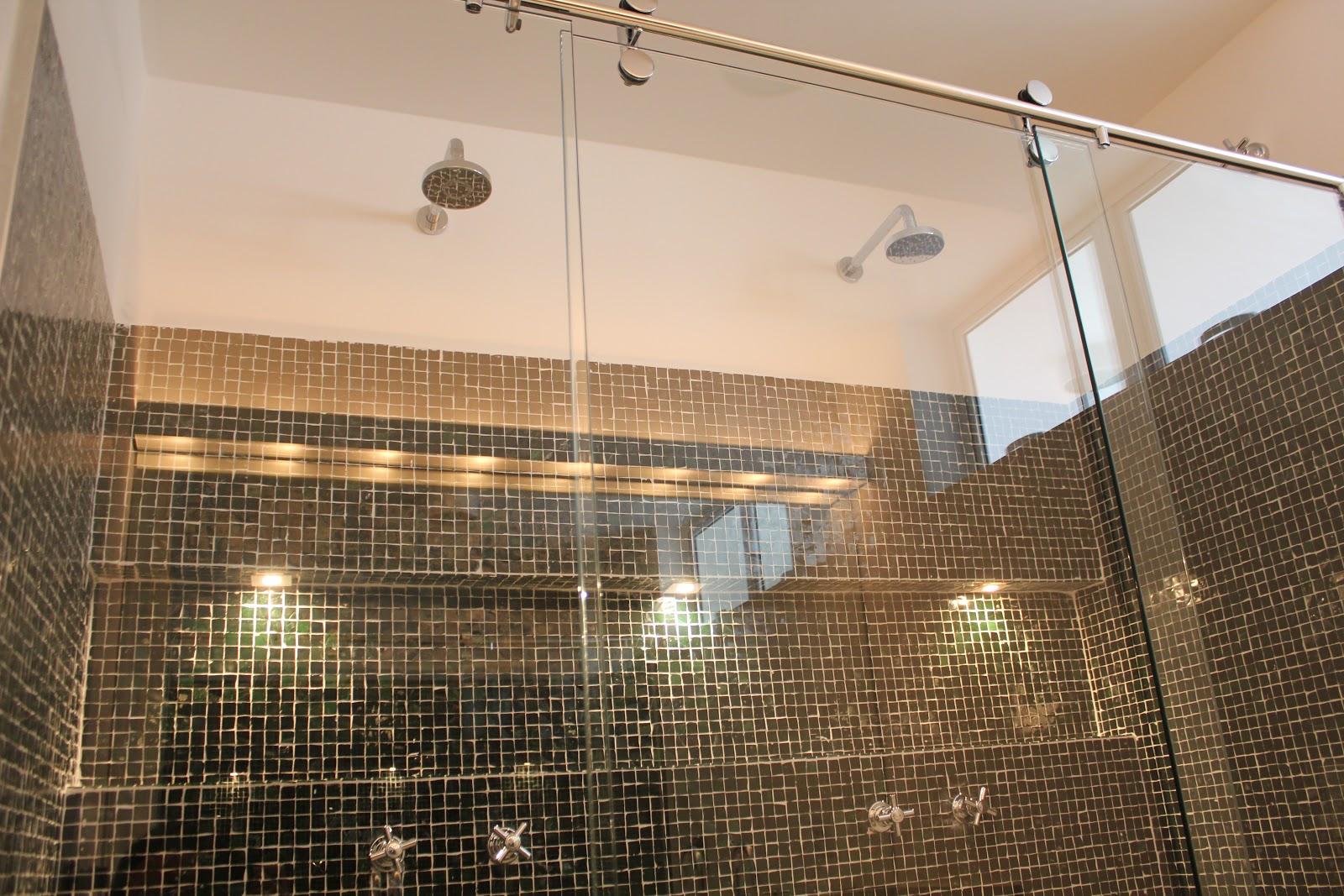 Banheiro da suíte amplo com duas cubas independentes e pia em  #8D663E 1600x1067 Acabamento Box Banheiro