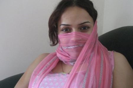 hot pakistani aunty want to hide her beauty hot pakistani aunty photos