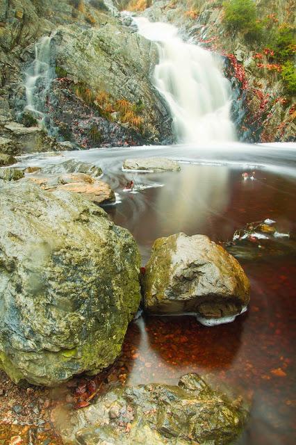 parc-naturel hautes- fagnes Schöner Wasserfall mit Steinen und rotem Wasser Landschaftsfotografie  Andreas Blauth