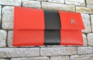 Dompet kulit wanita branded aigner warna merah kombinasi hitam. ukuran 9x18cm. bahan kulit asli