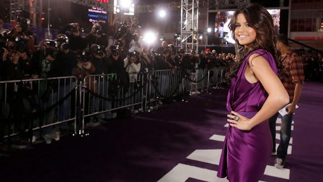 Foto de Selena Gomez con vestido morado
