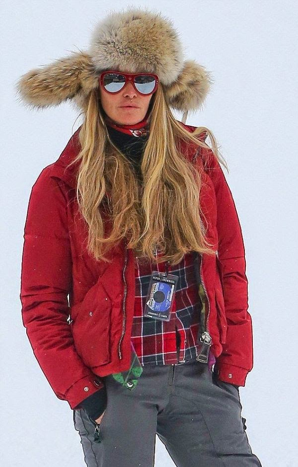 On Monday, December 22, 2014, Elle MacPherson enjoyed a snowy vacation at Aspen in Colorado, Utah, USA with husband, Jeffrey Soffer.