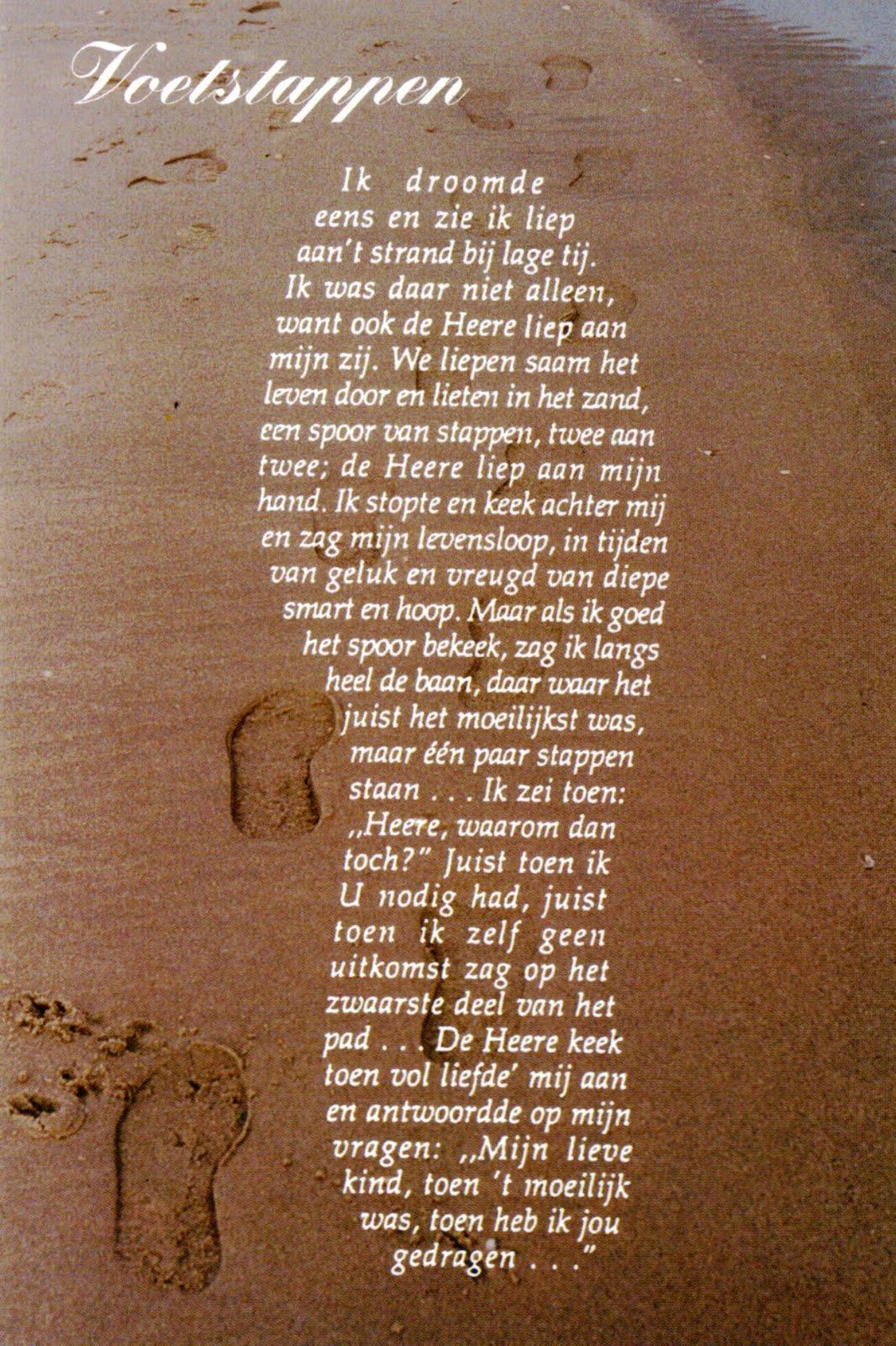 Zondagsarbeid voetstappen in het zand
