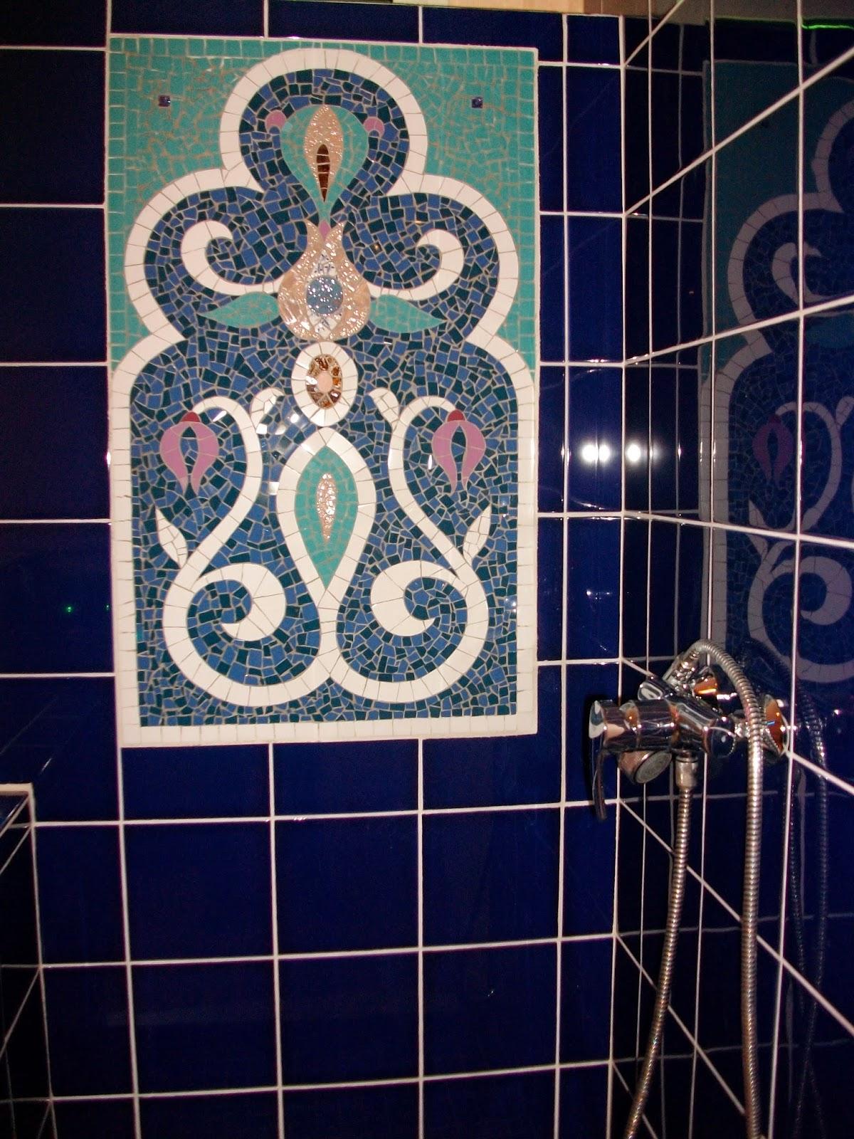 panneau mural en mosaique blanc et bleu en faïence fleur et arabesques orientaux créé pour une douche salle de bains apr mosaiste severine peugniez