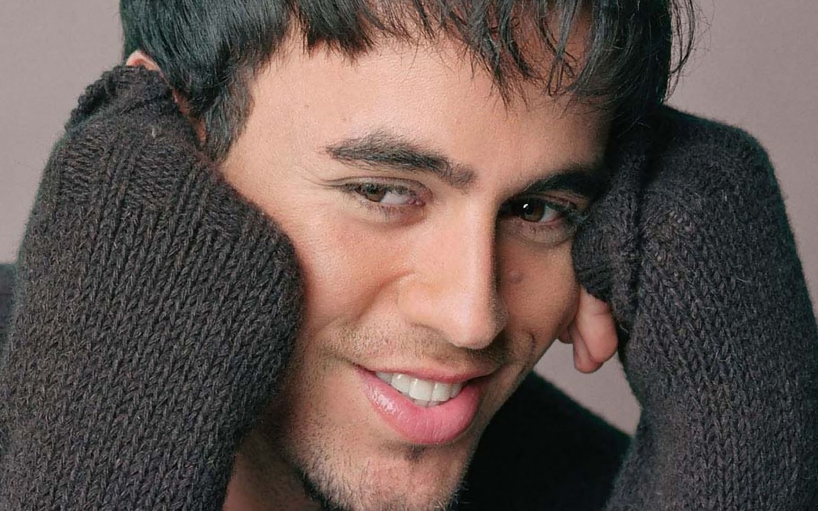 http://2.bp.blogspot.com/-eJZqIimWZHY/TuXG0QVgSKI/AAAAAAAAAm4/DhHCEENlleI/s1600/Enrique-Iglesias-pictures-desktop-Wallpapers-HD-photo-images-8.jpg