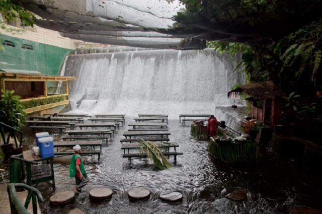 Cachoeira passar dentro de restaurante nas Filipinas