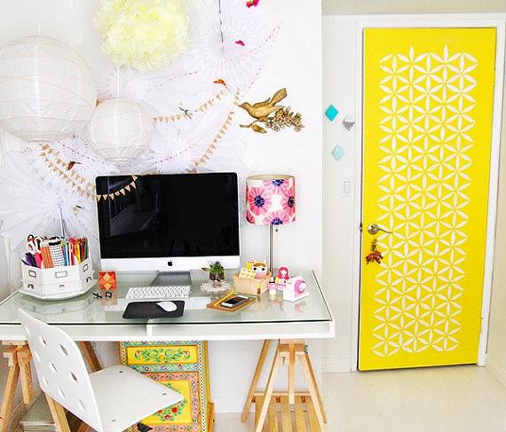 escritório de menina - home office - estêncil na porta