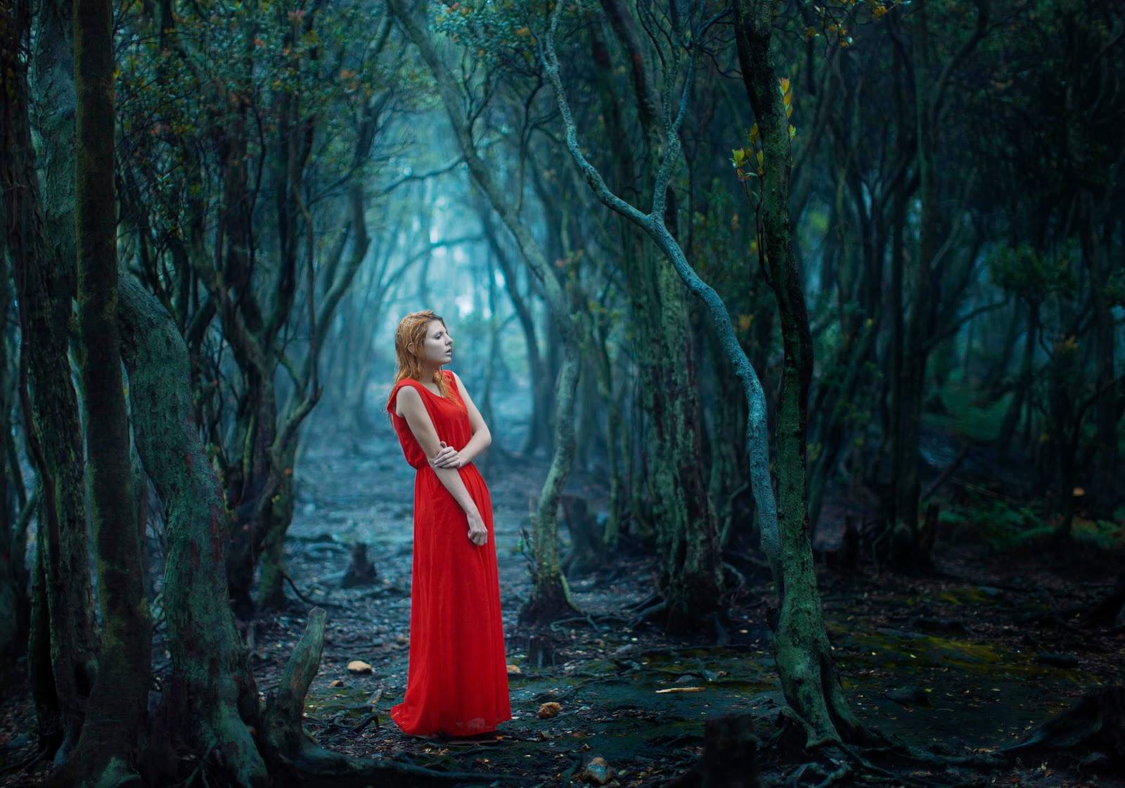 photo de Katerina Plotnikova d'une jeune femme en robe rouge dans la foret