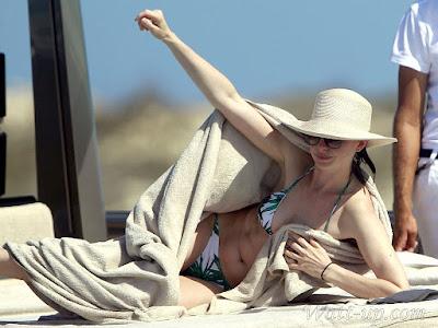 http://www.watt-up.com/j_gallery/Anne_Hathaway_Bikini/slides/Anne_Hathaway_Bikini%20(77).html