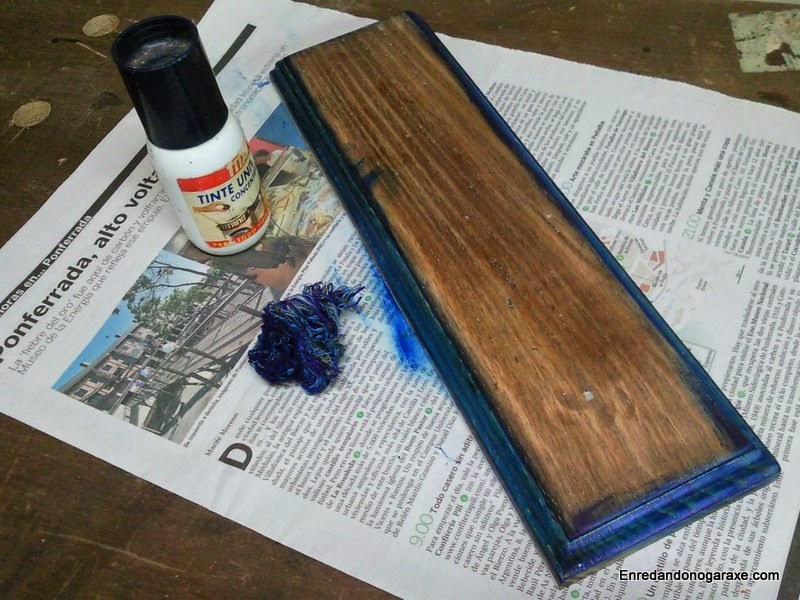 Aplicando tinte azul a la moldura de madera. Enredandonogaraxe.com