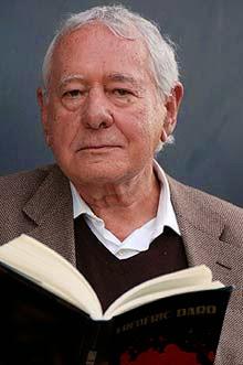 Fotografia de l'autor amb un llibre a la mà