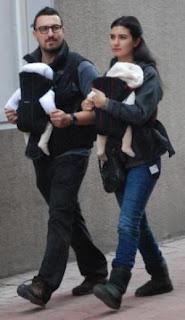 صور توبا بويوكوستن وزوجها وابنهما التوأم