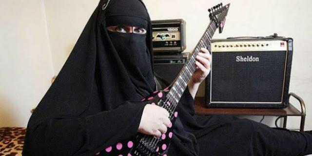 Kisah Menarik Dari Gisele Marie, Muslimah Bercadar Gitaris Band Metal