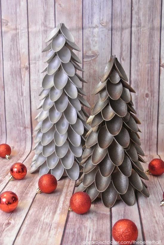 árbol de navidad de cucharas de plástico