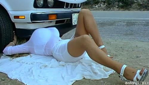 Hình ảnh cô gái sửa xe