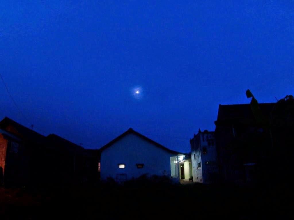 Memfoto bulan yang menyinari