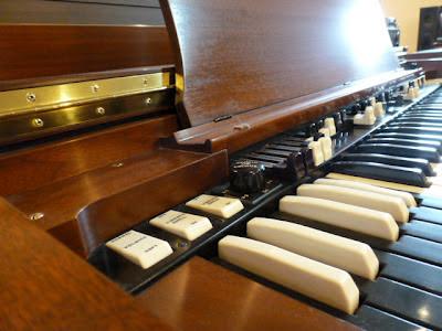 Used Hammond B3 - keyboard left
