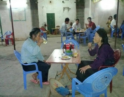 Hình ảnh 2 cụ bà ngồi uống bia