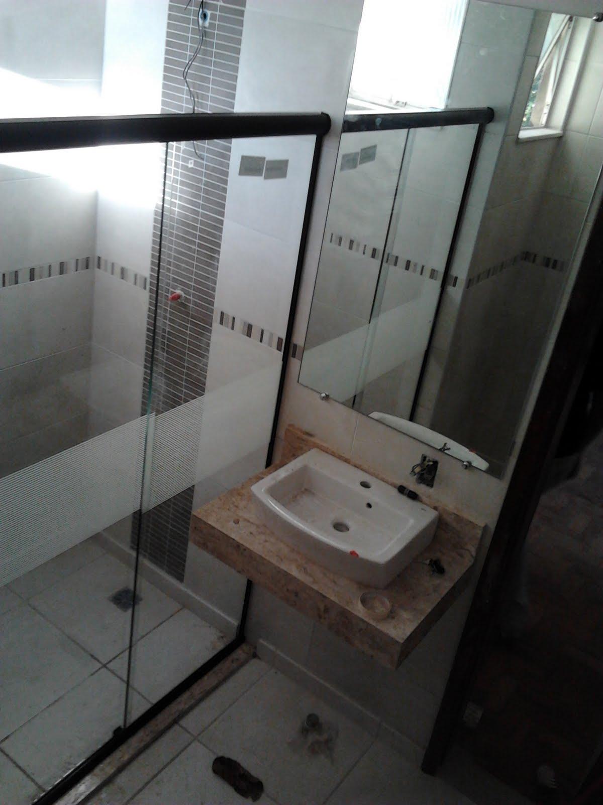 Agora a faixa no box do banheiro pra evitar que o lesado aqui tente  #5B4E45 1200x1600 Adesivo Box Banheiro Curitiba