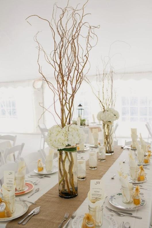 centros florales de boda con ramas secas y hortensias blancas