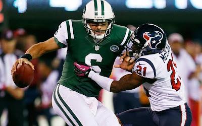 Sánchez es caputrado por la defensiva de los Texans.