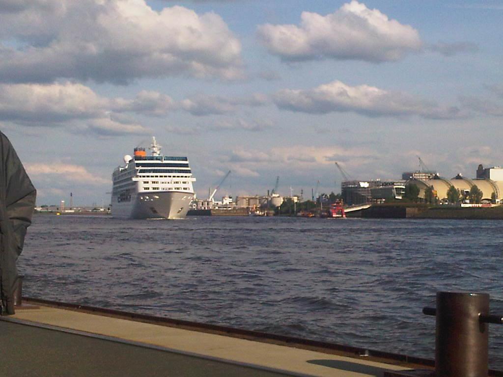 ´Columbus 2 verlässt den Hamburger Hafen an den Landungsbrücken mit vielen Menschen an Bord.