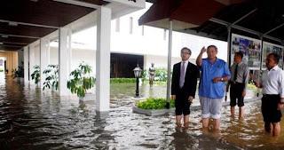 Gambar SBY lihat Banjir Jakarta 2013