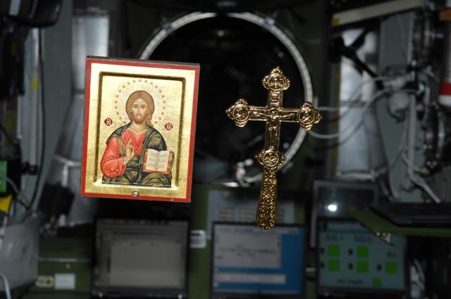 Ο σταυρός και η εικόνα αιωρούνται στο κενό βαρύτητας του Διεθνούς Διαστημικού Σταθμού