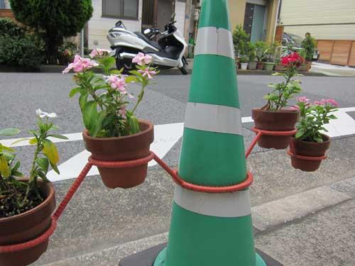 Cone de trânsito com flores