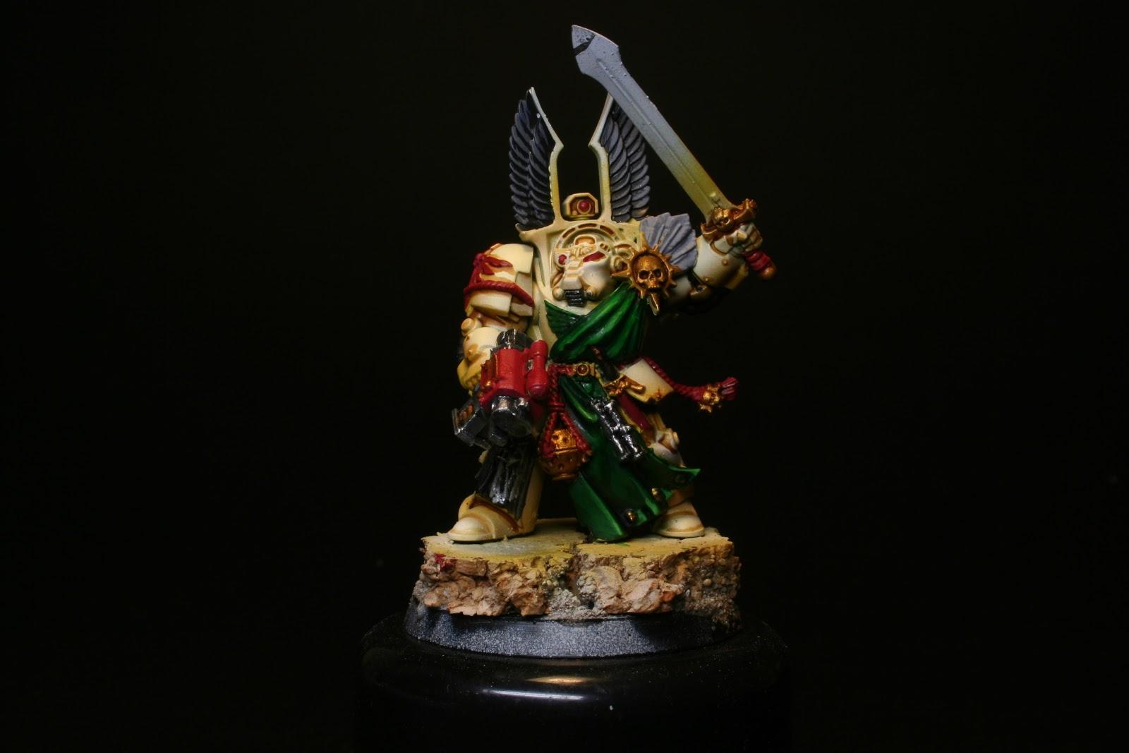Gris en las plumas y luces en los plateados en los exterminador de los Ángeles Oscuros de la caja de Warhammer: Venganza Oscura