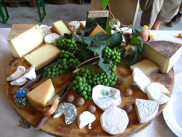 como preparar una tabla de quesos gourmet circular madera