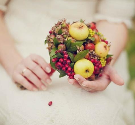 bukett frukt och bär, bukett äpplen, bukett bär, bukett nypon, brudbukett äåålen, brudbukett frukt och bär, brudbukett nypon, brudbukett höst bär, höstig brudbukett bär, bouquet berries, bouquet apples,bridal bouquet rose hips, bridal bouquet apples, bridal bouquet berries, bouquet rose hips, wedding bouquet berries, wedding bouquet apples, wedding bouquet rose hips