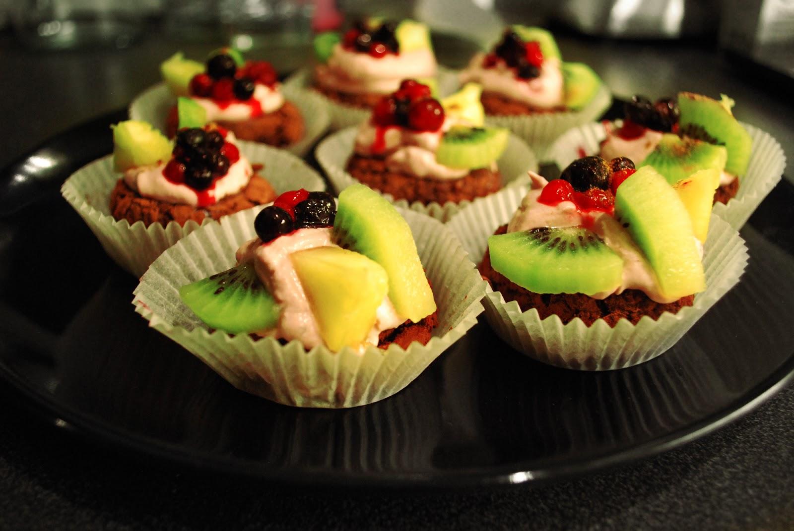 Spiced Blueberry Shake: Raw Chocolate Vanilla Cupcakes