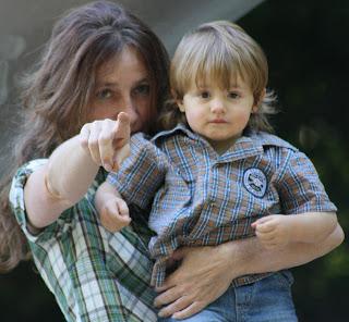 Mutter mit Kind, Fingerzeig auf die Fotolinse.