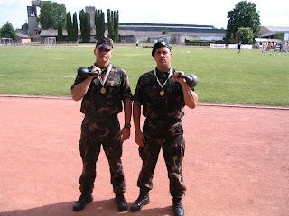 Győztes katonák kettlebellel