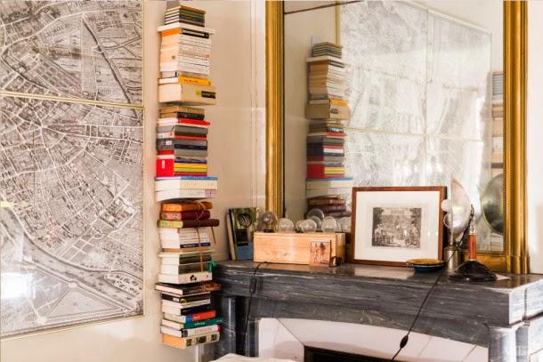 libros chimenea y espejo antiguo