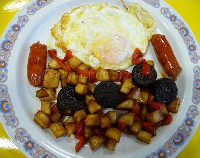 huevo frito con salteado de morcilla y chistorra