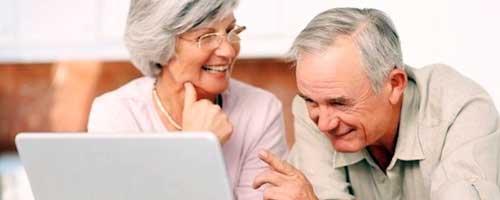 abuelos con portatil